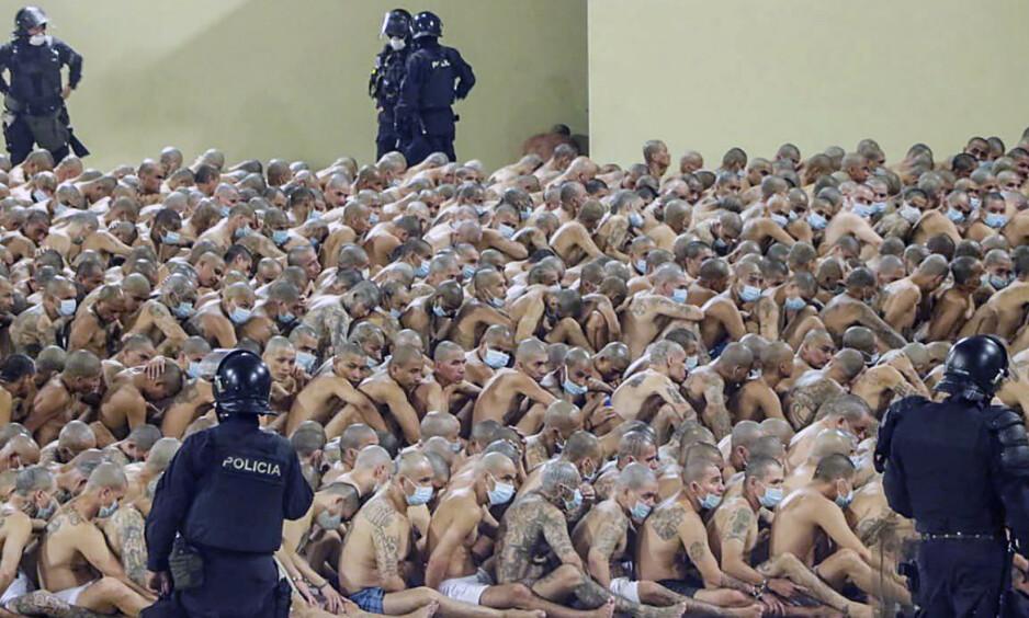 FANGER: El Salvadors president Nayib Bukele setter hardt mot hardt for å få stoppet drapsbølgen. Dette bildet fra Izalco-fengselet ble sluppet av presidentens pressekontor på lørdag. Foto: AFP/NTB scanpix