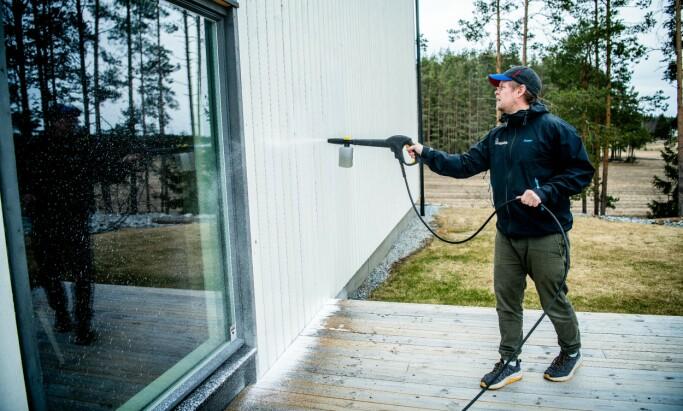 HUSVASKEN: Ofeigsson gikk løs på veggene etter at han hadde mottatt råd. Her påfører han såpe.