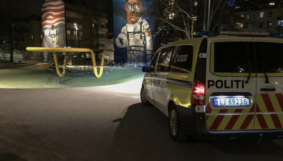 UTEKONTOR: Politimannen som passet på ungdommene på Tøyen hadde flyttet kontoret ut i felt. Foto: Øistein Norum Monsen / Dagbladet