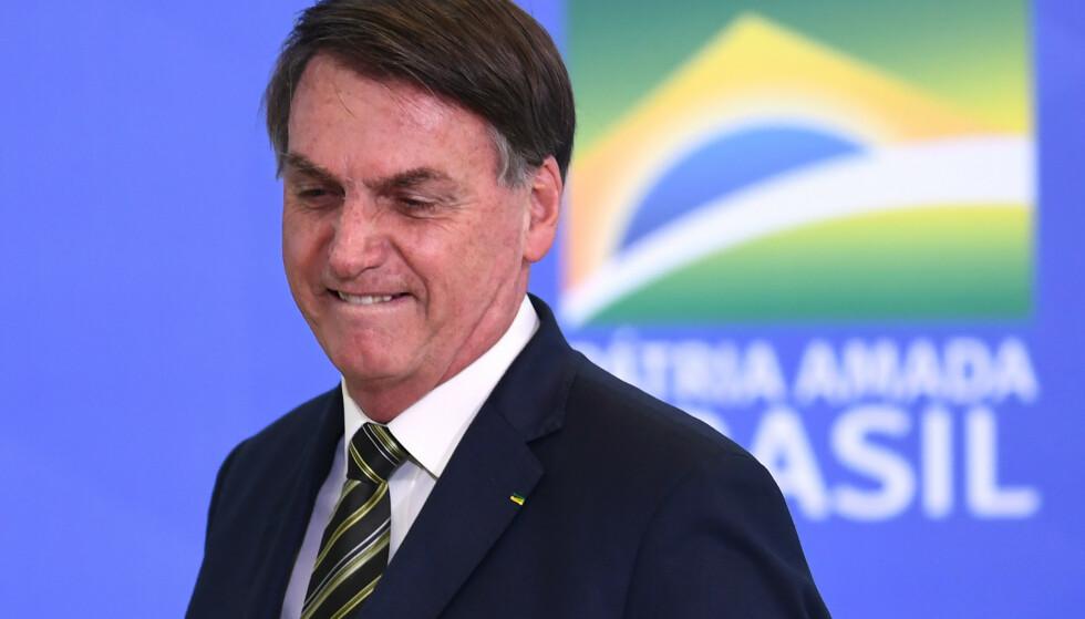 KRITISERES: Kritikken hagler mot president Jair Bolsonaro etter hans svar om coronadødsfallene i Brasil. Her er han avbildet under insettelsesseremonien av landets nye justisminister onsdag. Foto: AFP/ NTB Scanpix