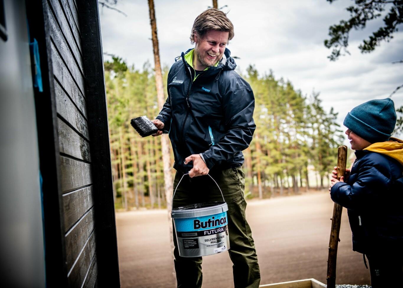 LITEN HJELPER: Store og små i Ofeigsson-familien fikk være med da husveggene på Årnes ble malt med Butinox Futura Selvrensende Maling.
