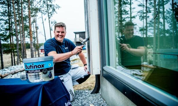 EKSPERTHJELP: Familien fikk nyttige tips fra Butinox-ekspert Thomas Løvald før de gikk løs på veggene. Se videoklipp lenger ned i artikkelen.