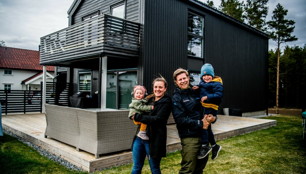 FIKS FERDIG: Familien Ofeigsson står foran sitt nymalte hus, med nybeiset terrasse. Arbeidet gikk unna veldig raskt, takket være smarte eksperttips og effektive Butinox Futura Selvrensende Maling.