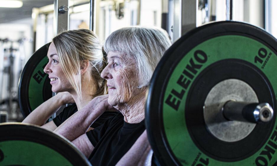 STYRKETRENING OG SUNT KOSTHOLD: Nye forskningsresultater forklarer hvordan du kan eldes på sunnest mulig måte - og beholde både styrke og mobilitet. Det er spesielt en ingrediens som er viktig å få i seg nok av. Foto: Ali Reza Aghababaie