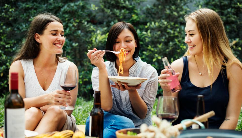 NØKTERN MAT OG VIN: I tråd med nøktern hverdagsmat er det også naturlig å velge viner i den nedre prisklassen, både med tanke på økonomisk fornuftighet og for å finne gode kombinasjoner. Foto: Shutterstock/NTB Scanpix