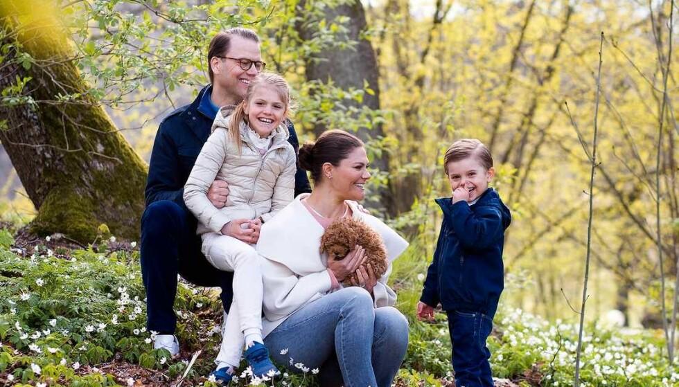 NYTT FAMILIEMEDLEM: Den svenske kronprinsessefamilien delte blant annet dette bildet på mandag og avslørte at de hadde fått valp. Det ga fart til en heftig diskusjon. Foto: Sara Friberg / Det kongelige hoff