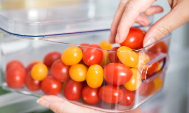PÅVIRKER: Hvordan frukt oppbevares kan påvirke modningsprosessen, for eksempel vil tomater modne avokadoer raskere.