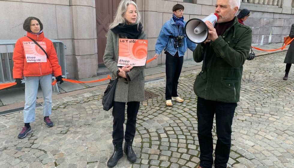 SISTE KRAMPETAK: Demonstrantene samlet seg utenfor Stortinget. Her ser vi arkitekt Kjersti Hembre og Petter Eide i SV. Foto: Knut-Eirik Lindblad / Dagbladet