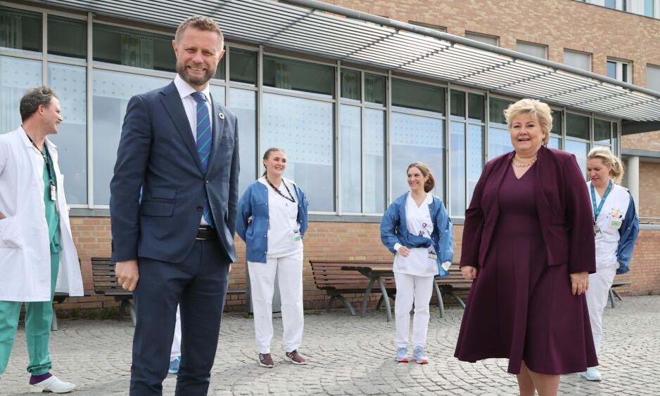 HJELPER SVERIGE: Takket være at Norge har god kontroll på smittesituasjonen, kan Norge sende 2600 enheter med propofol til Sverige. I Sverige har over 3000 personer dødd av corona, mens tallet i Norge er 228. Her er helseminister Bent Høie (H) og statsminister Erna Solberg (H) på Oslo universitetssykehus tidligere i uka. Foto: Ørn E. Borgen / NTB Scanpix