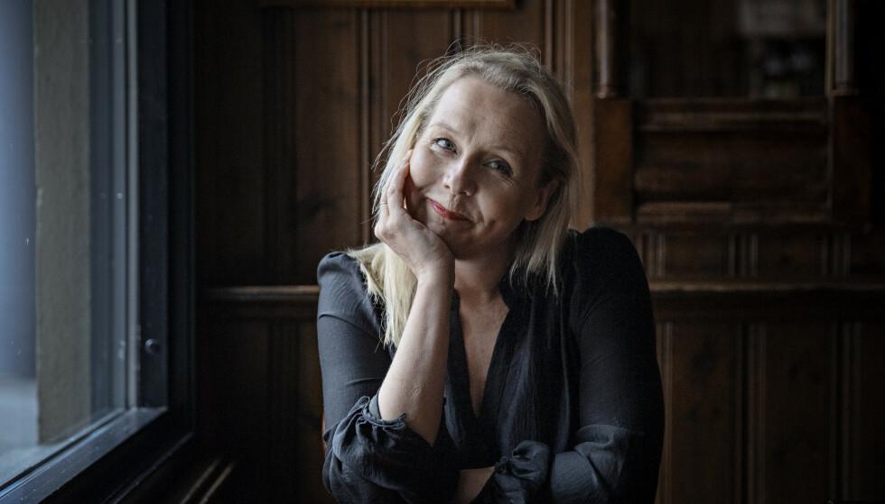 CORONADAGBOK: Linn Skåber har fått med med seg en lang rekke kjente og ukjente bidragsytere i boka «30 dager i april». Foto: Jørn H Moen