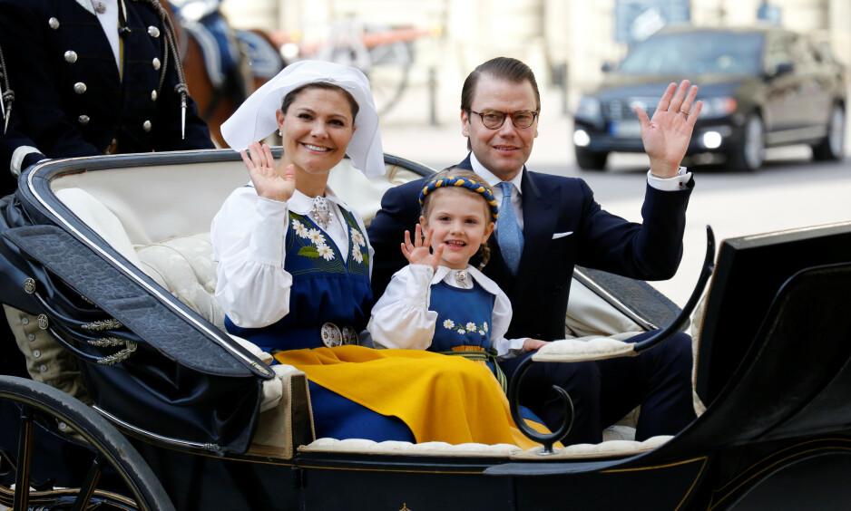 INGEN FEST I ÅR: Hvert år pleier den svenske kongefamilien å være på Skansen i Stockholm. I år blir imidlertid feiringen helt annerledes - grunnet coronaviruset. Her er kronprinsesse Victoria, ektemannen prins Daniel og dattera Estelle på nasjonaldagen i fjor. Foto: NTB Scanpix