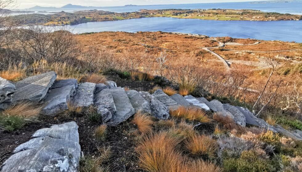 STEINFLYTTING: Trappa består av stein som er funnet på naboøya og sørger for mindre slitasje i fjellet. Foto: Odd Roar Lange/The Travel Inspector