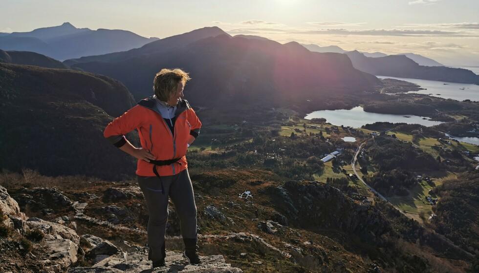 KVELDSTUR: Torunn Heggdal Stølen bruker kvelden til en tur opp trappene på Rørsethornet. Foto: Odd Roar Lange/The Travel Inspector