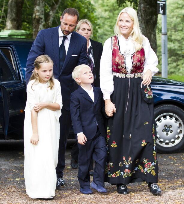 KONFIRMASJONSGAVEN: Mette-Marit bar sin egen konfirmasjonsgave da sønnen, Marius Borg Høiby, konfirmerte seg. Foto: Vegard Grtt / NTB