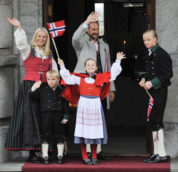ASKERBUNAD: Både kronprinsessen, kronprinsen og prinsesse Ingrid Alexandra bar sine Askerbunader. Prins Sverre Magnus og Marius Borg Høiby bar hver sin Foto: Fredrik Varfjell / NTB