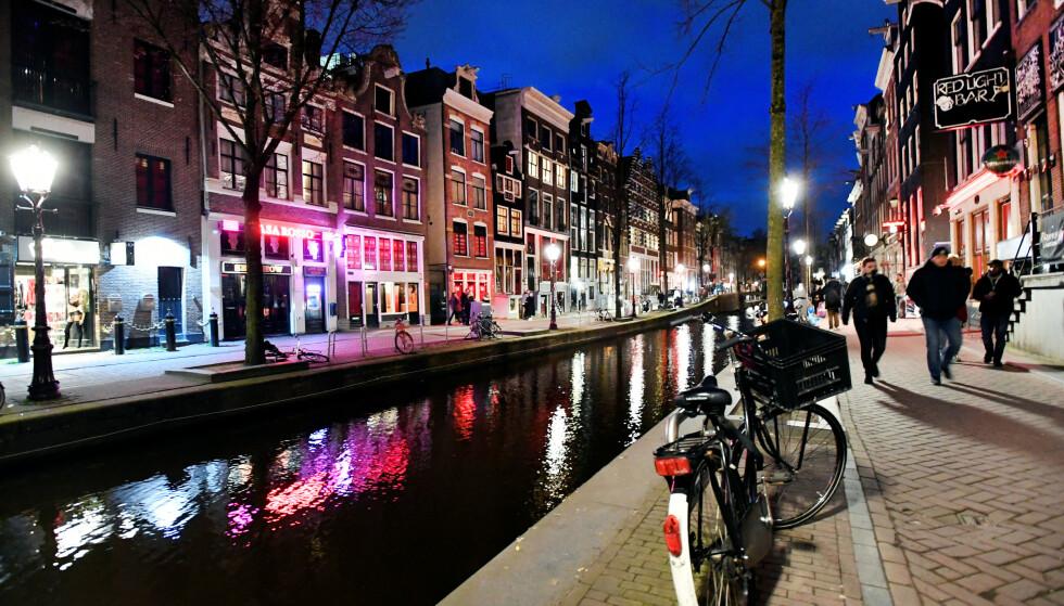 STENGT: En rekke strippeklubber i Amsterdams «Red Light District» måtte stenge på grunn av coronarestriksjonene. Foto: Piroschka van de Wouw / Reuters / NTB scanpix