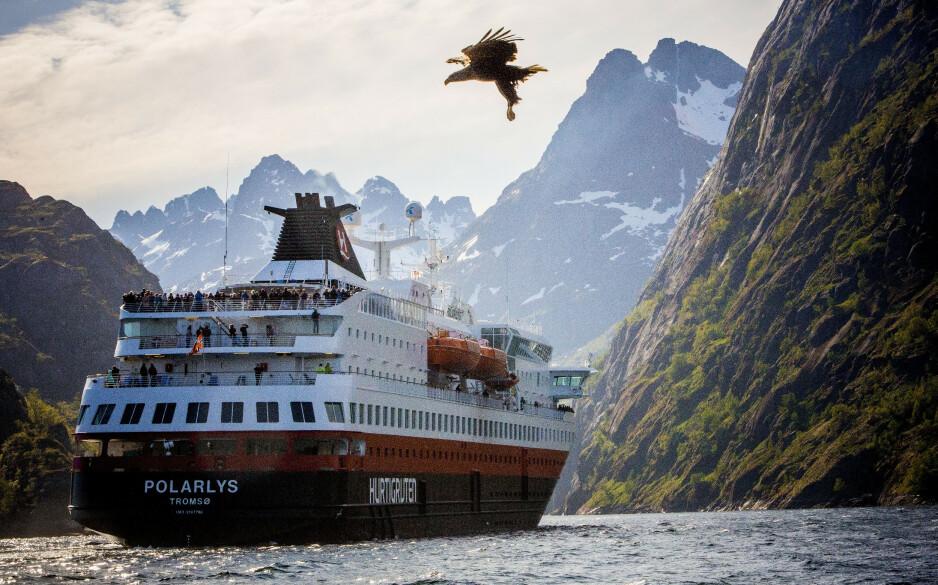VÅT TURISTDRØM: Mange nordmenn vil feriere i Lofoten i sommer. Her er hurtigruta MS «Polarlys» avbildet i Trollfjorden. Foto: Tormod Brenna / Dagbladet