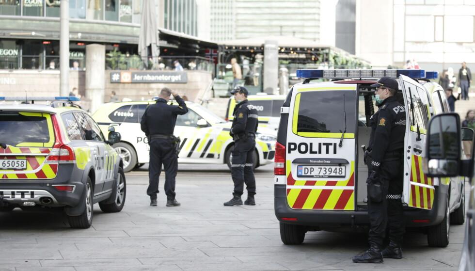 ROLIG: Politiet var raskt på stedet og fikk kontroll på situasjonen på Jernbanetorget. Foto: Bjørn Langsem / Dagbladet