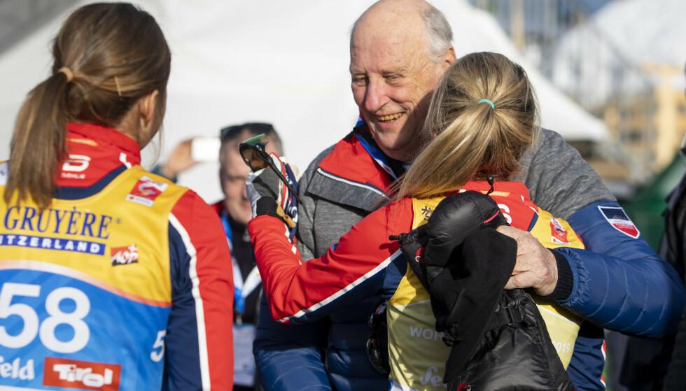 I EN RAUS FAVN: Therese Johaug i armene på kong Harald etter VM-gullet på 10 km i Seefeld. Kongen var kommet til VM-byen for å gi VM-dronning Johaug den støtten hun fortjente. Det er visst vanskeligere for andre. Foto: Tore Meek / NTB Scanpix