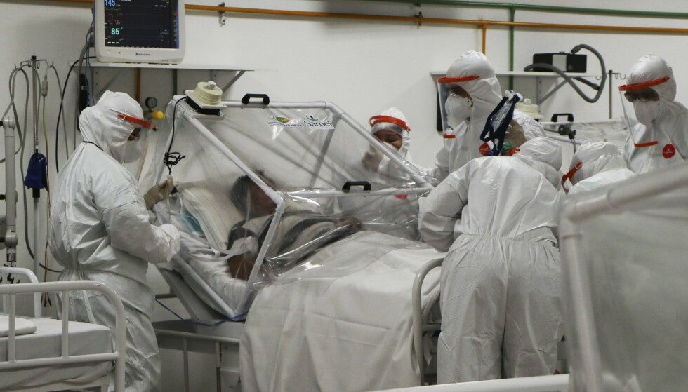 FRYKTER SYKEHUSKOLLAPS: Ordføreren i São Paulo frykter helsesystemet i byen kollapser dersom smittetalklene fortsetter som nå. Her fra 14. april på sykehuset i Manaus i Brasil. Foto: AP/Edmar Barros/ NTB scanpix