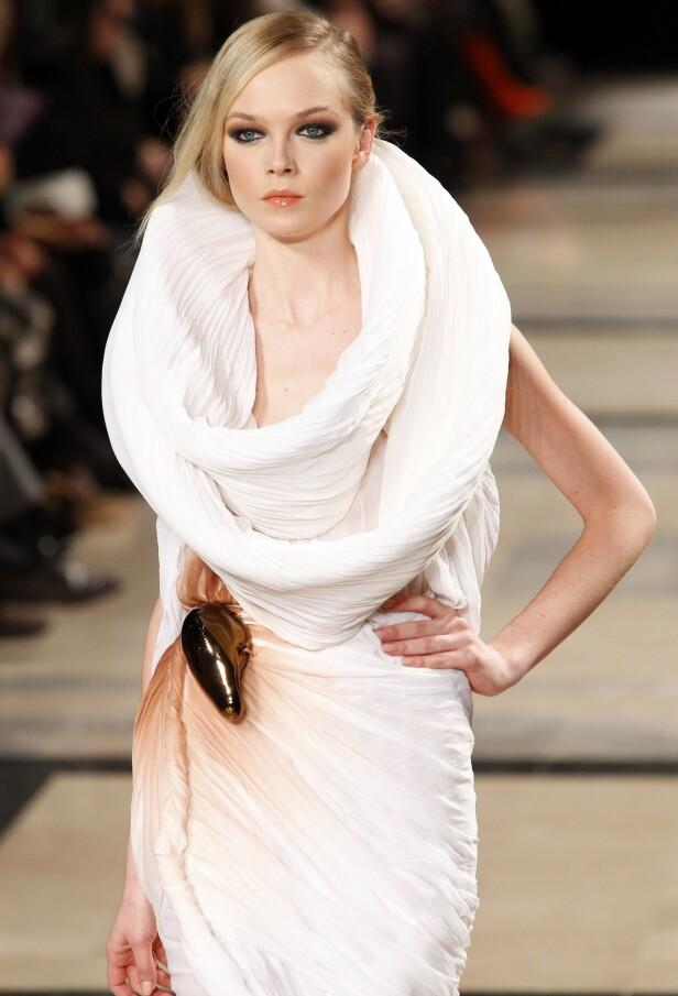PÅ CATWALKEN: Her er Siri Tollerød avbildet på catwalken for den franske designeren Stephane Rolland i 2011. Foto: NTB Scanpix