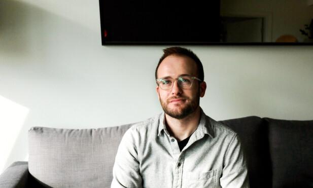 FØRST: Ian Haydon hjemme i leiligheten i Seattle. Han er en av de aller første menneskene i verden som tester en covid-19-vaksine. Foto: Ian Haydon