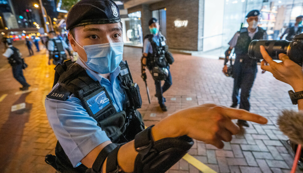ANSPENT: Politiet krangler med pressen under en vake i Hongkong i forrige uke. Foto: Geovien So / Zuma / NTB Scanpix