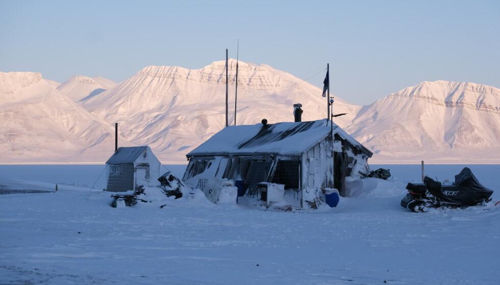 LITEN: Fangsthytta er ikke mer enn 20 kvadratmeter stor, og ble bygget i 1930 som et sted hvalfangere kunne være om sommeren. Foto: Privat/Hearts in the ice