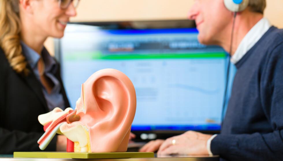 STORE TALL: Omkring en million nordmenn har hørselsutfordringer i så stor grad at det kan være vanskelig å høre en samtale. Foto: Shutterstock / NTB Scanpix