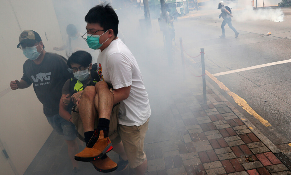 OPPTØYER: Aktivister flykter fra tåregass under en demonstrasjon mot den foreslåtte sikkerhetsloven i Hongkong i helga. Foto: Tyrone Siu / Reuters / NTB Scanpix