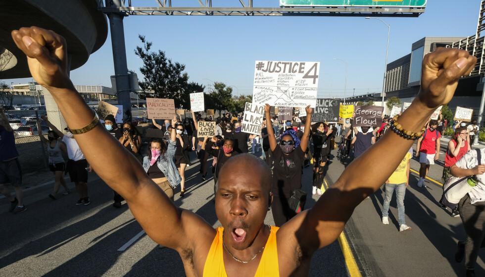 <strong>DEMONSTRASJONER:</strong> Også i Los Angeles har George Floyds dødsfall skapt store demonstrasjoner. Her fra onsdag 27. mai. Foto: AP