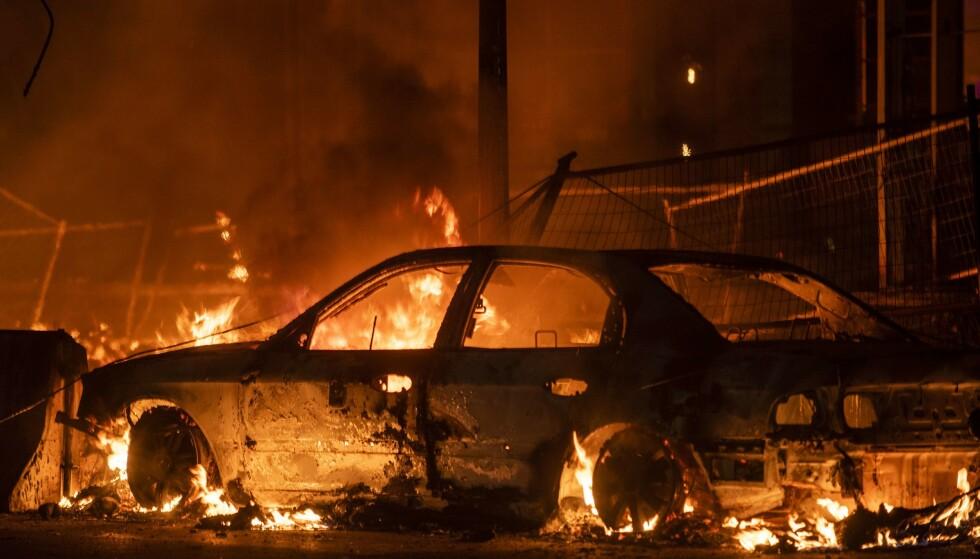 <strong>VIKÅRLIG:</strong> Demonstrantene har satt fyr på et større område, og en rekke bedrifter og hjem har fått omfattende ødeleggelser som følge av brannene. Foto: AFP