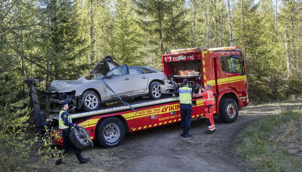 <strong>TOTALSKADD:</strong> BIlen de seks unge menneskene satt i ble hentet med en bergingsbil. Fire av de som var i bilen er bekreftet døde. Ytterligere to er sendt til sykehus. Foto: Mats Andersson / TT / NTB scanpix