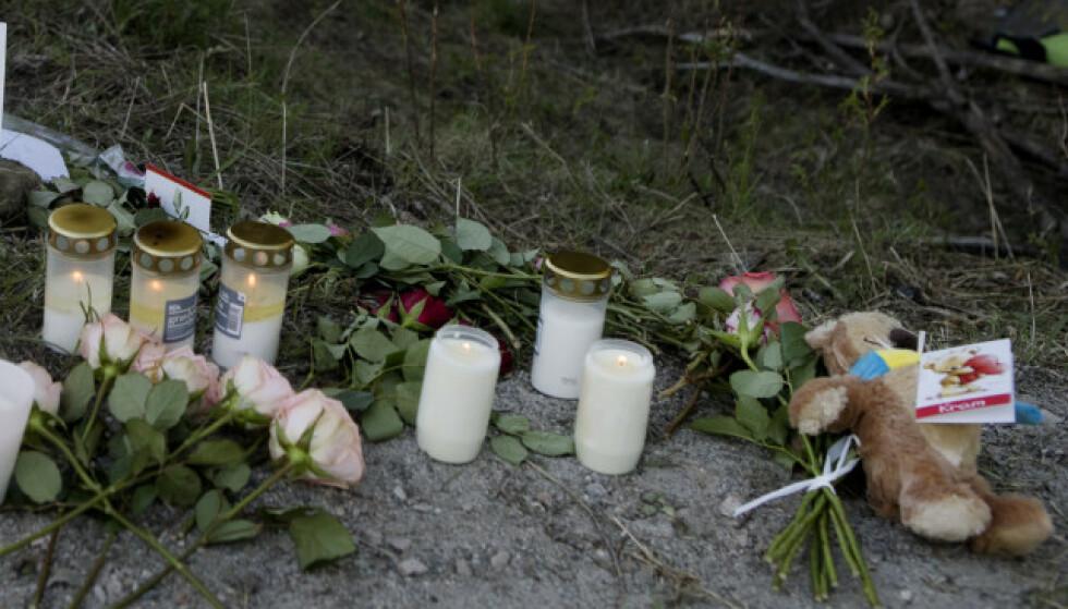 <strong>TRAGEDIE:</strong> Lys og blomster er lagt ned på stedet der fire 16 år gamle gutter omkom i en singelulykke med bil natt til søndag. Foto: Mats Andersson / TT / NTB scanpix