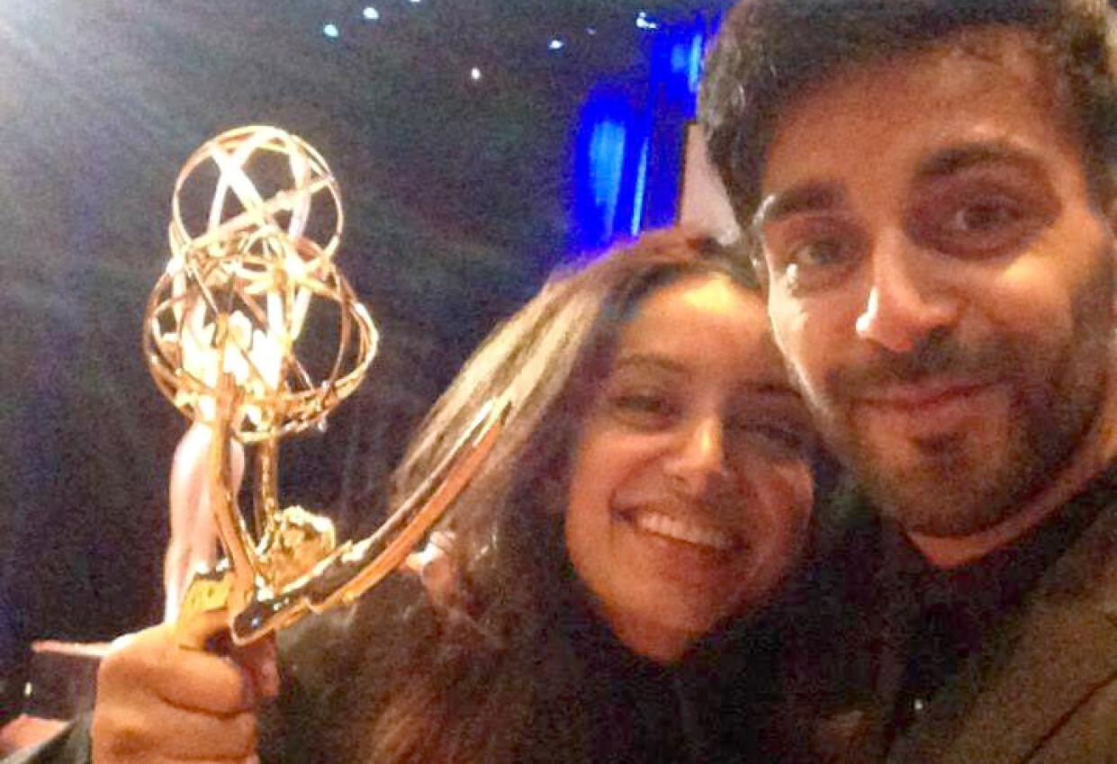 VUNNET TO EMMY-PRISER: Deeyah Khan har mottatt to Emmy-priser som anerkjenner utmerket arbeid innen tv-produksjon. Her sammen med sin bror, danser og skuespiller Adil Khan, da hun vant sin første for filmen «Banaz: A love story» i 2013. Foto: privat