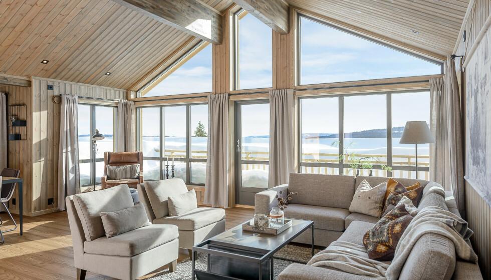 STORE GLASSFLATER: Hyttekjøpere i dag elsker følelsen av naturen inn i stua, forteller Tinde-salgssjef Bjørn Morten Grothe.