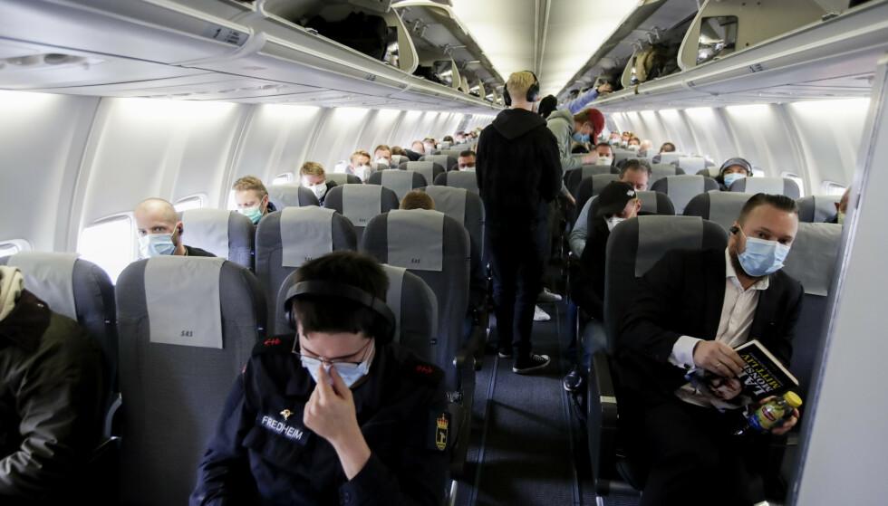 MANGE SMITTEFLY: De første dagene i januar er det registrert smitte på flere fly i Norge. Det har vært påbudt med munnbind på norske flygninger siden mai i fjor. Foto: Vidar Ruud / NTB
