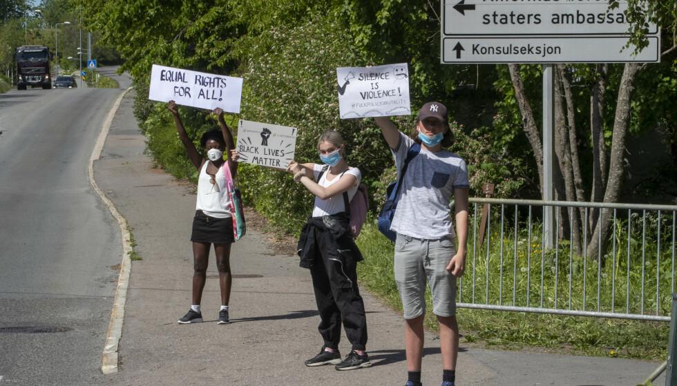STOR MARKERING FREDAG: De siste dagene har det vært demonstrasjoner og markeringer det utenfor den amerikanske ambassade på Smestad i Oslo. Foto: Terje Pedersen, NTB Scanpix.