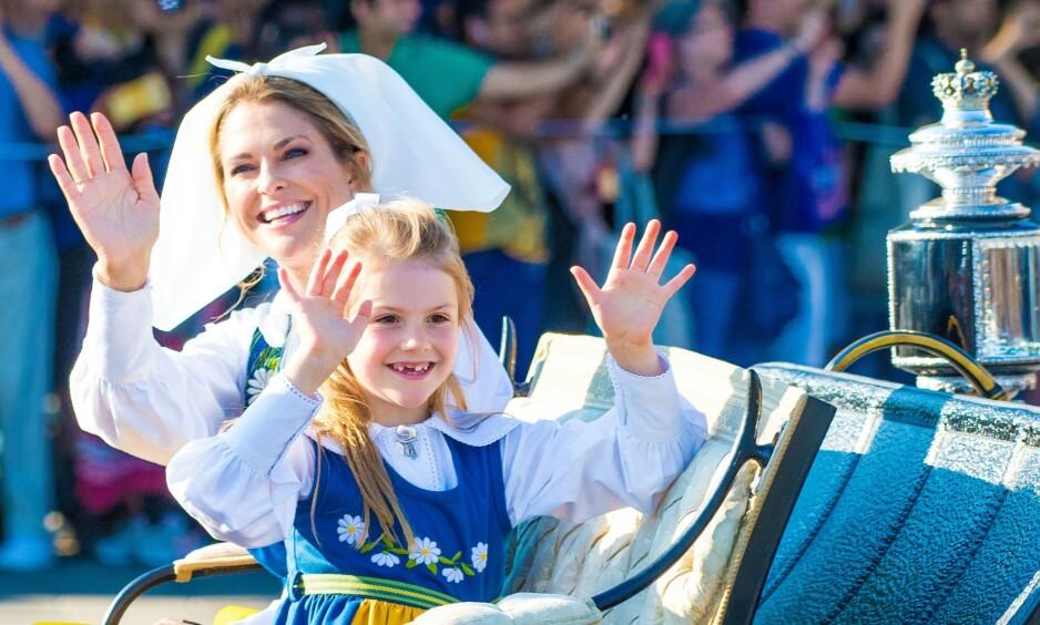 I FJOR: Prinsesse Madeleine og resten av familien pleier å være i Sverige på nasjonaldagen 6. juni. I år er familien imidlertid hjemme i USA. Her er Madeleine sammen med prinsesse Estelle under fjorårets feiring. Foto: NTB Scanpix