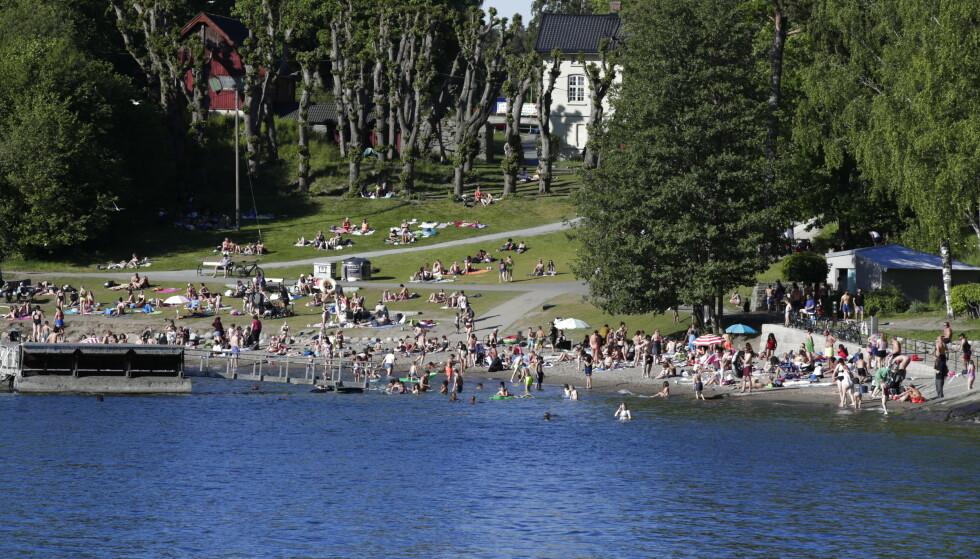 STOR ØKNING: Bydel Søndre Nordstrand har sett en stor oppblomstring av coronasmitte de siste dagene. Her fra Hvervenbukta, et badested i bydelen, lørdag. Foto: Vidar Ruud / NTB scanpix