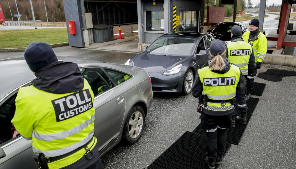 GRENSEKONTROLL: Fra 16. mars ble det innført grensekontroll med skjerpet personkontroll og 14 dagers karantene for de som kom inn til landet. Nå åpnes landet igjen. Foto: Vidar Ruud / NTB Scanpix