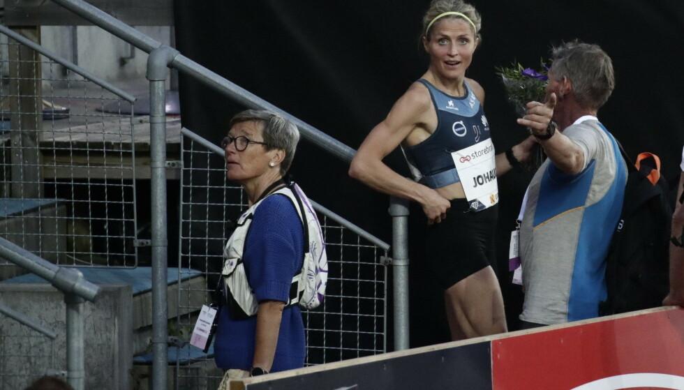 SNAKKET MYE SAMMEN: Ingrid Kristiansen og Therese Johaug snakket sammen både før og etter løpet. Foto: Bjørn Langsem