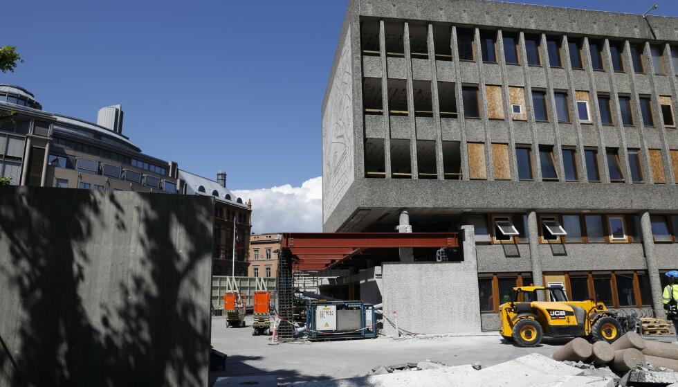 MYE JOBB: Å sikre Picasso-veggen vil ta resten av juli måned. Foto: Nina Hansen / Dagbladet