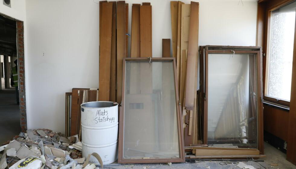 RESTER: Panel og vinduer står igjen etter rivearbeidet. Foto: Nina Hansen / Dagbladet