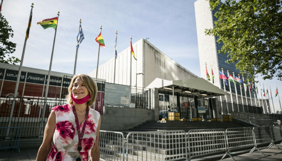 I NEW YORK: FN-ambassadør Mona Juul får en viktig rolle for norsk diplomati når hun nå skal lede Norges daglige arbeid i FNs sikkerhetsråd. Om halsen har hun munnbind i rosa, som var Norges valgkampfarge i FN. Foto: Pontus Höök / NTB scanpix