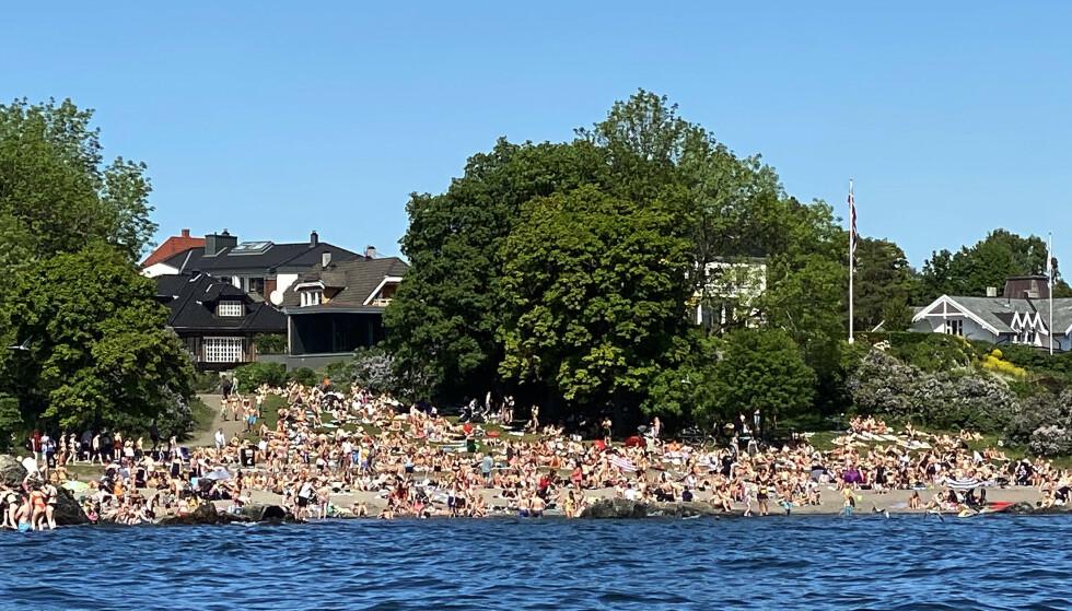 FOLKSOMT: På badestranden på Huk på Bygdøy i Oslo hadde badeglade nordmen rigget seg godt til i det flotte sommerværet i pinsen. Foto: Erik Johansen / NTB scanpix