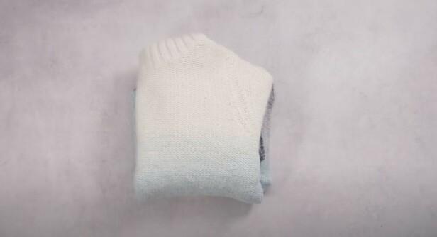 MER PLASS: Ved å brette klærne i små firkanter, får du mer plass og bedre oversikt.