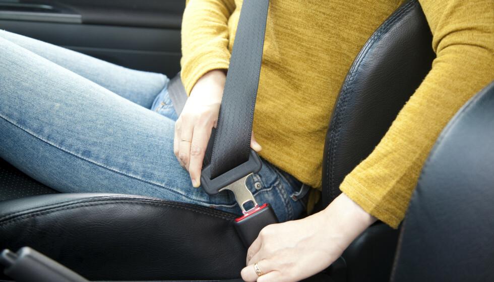 BILBELTE: Å ikke bruke bilbeltet riktig, kan føre til alvorlige skader, ifølge Statens havarikommisjon. Illustrasjonsfoto: Shutterstock