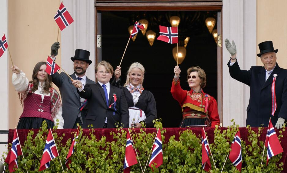 SLIK BLIR SOMMERFERIEN: Som flere andre nordmenn skal kongefamilien også feriere i Norge. Her avbildet under årets 17.mai. Foto: NTB Scanpix