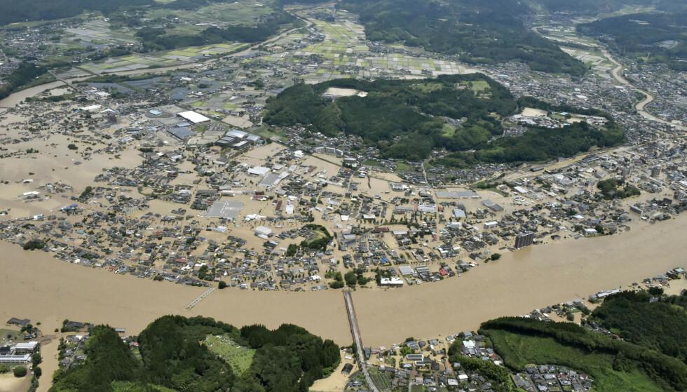 MANGE ISOLERT: Kraftig regn har ført til flom og jordskred. Mange er isolert og 13 er savnet. Her ses elva Kuma sørvest i landet. Foto: Kyodo News / AP / NTB scanpix